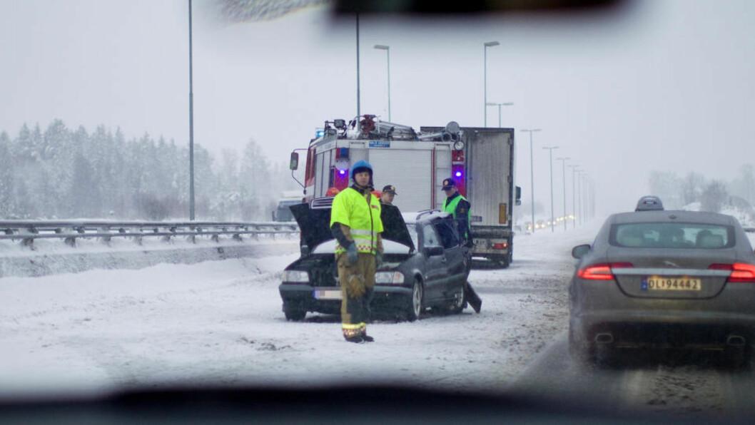 <strong>TRE BARN SKADD:</strong>  På E6 i Vestby skjedde en av dagens verste ulykker. Tre barn er kjørt til sykehus etter at bilen de satt i kolliderte med en trailer. Foto. Jørgen Upsaker