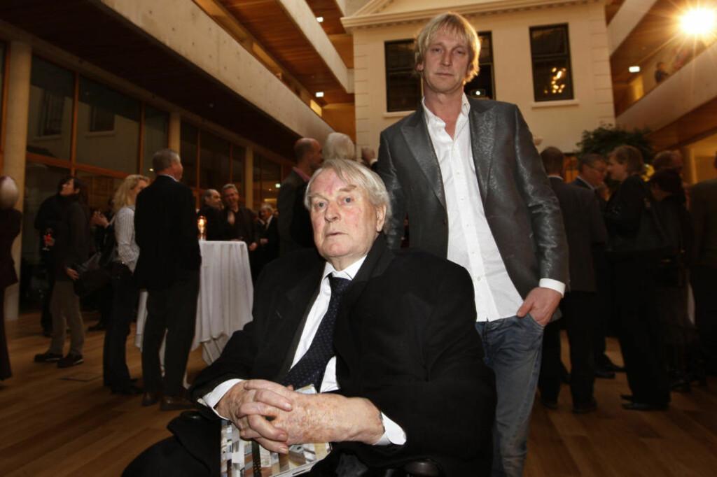 SOVNET STILLE INN:  Arkitekt Sverre Fehn døde mandag kveld. Her er han med sønnen Guy under en mottagelse ved den offisielle åpningen  av Gyldendalhuset i Oslo - et bygg hans arkitektkontor tegnet.  Foto: Terje Bendiksby / SCANPIX .