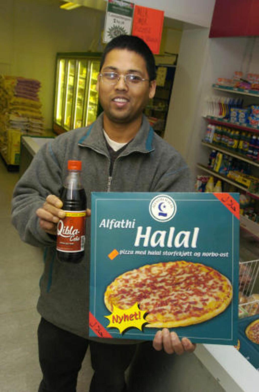 <strong>FOR FANGER:</strong> I 2003 ble muslimsk cola lansert i Norge. «Qibla-Cola» er muslimenes boikott-svar på amerikanske Pepsi og Coca-Cola. Her viser Ajaya Karki frem muslimenes nye lørdagskos, Qibla-cola og Halal-pizza. Foto: Heiko Junge / SCANPIX