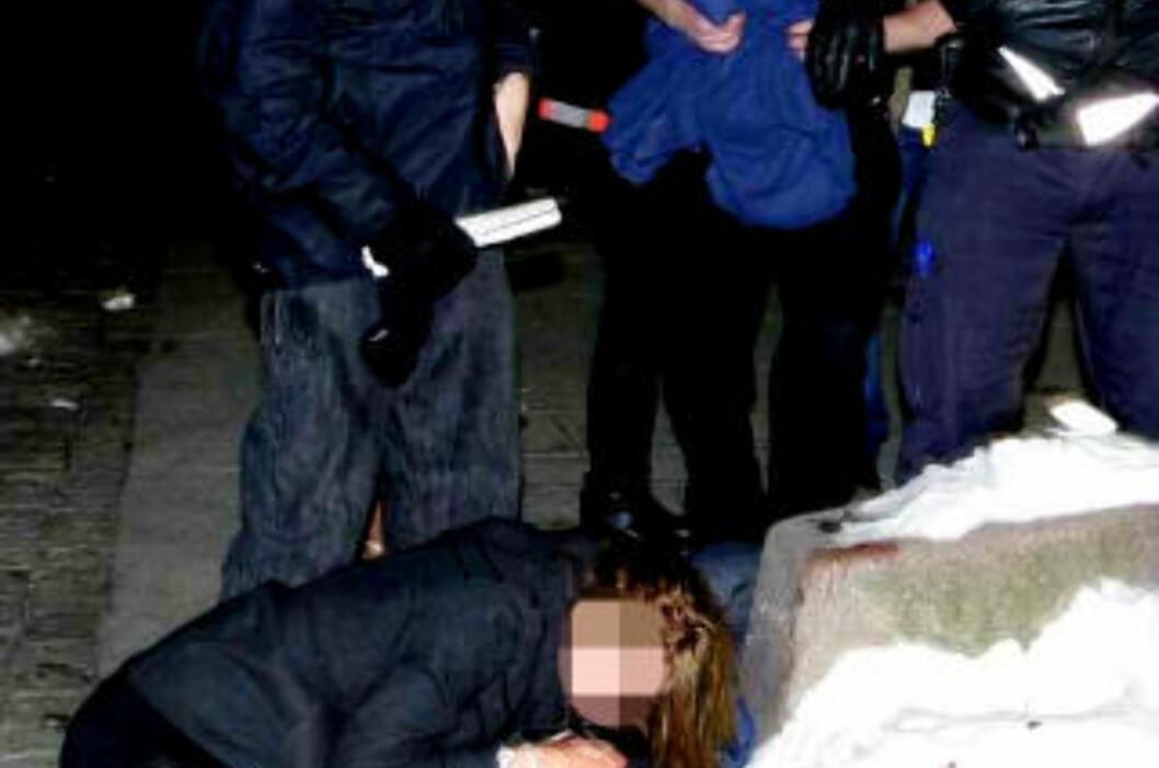 <strong>TOK HÅND OM KVINNE:</strong> Dagbladet.no har vært i kontakt med en forbipasserende som hjalp den skadde jenta før ambulansen kom.