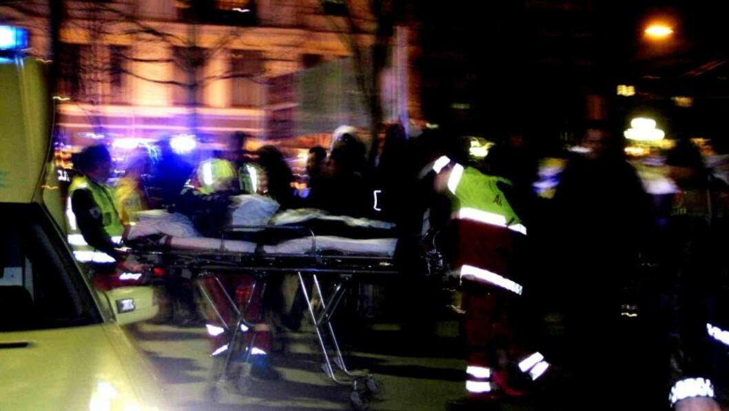 <strong>FIRE SKADD:</strong> En perosn opereres i morges etter skuddskadene han fikk utenfor utestedene RÅ og Sir Winston i Karl Johan i natt. Foto: ROGERIO SNARLI