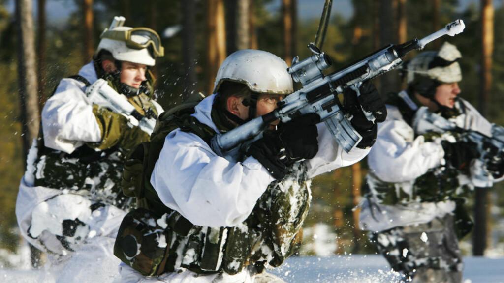 BLIR SYKE: Her trener soldater fra Telemark Bataljon på Rena med Forsvarets nye standardrifle, HK 416. Hæren har fått flere alarmerende bekymringsmeldinger om at soldater blir syke etter skyting med geværet. Foto: Torbjørn Kjosvold/Forsvaret