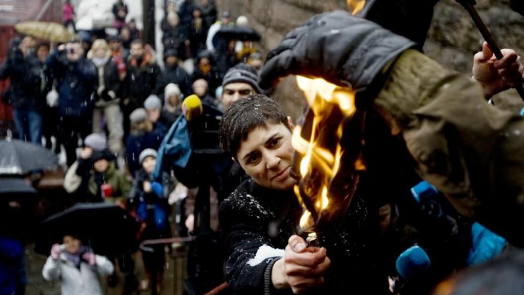 <strong>BRANT HIJAB:</strong> Den internasjonale kvinnedagen ble markert under et arrangement på Youngstorget i Oslo søndag ettermiddag. Sara Azmeh Rasmussen satte fyr på en hijab som en symbolmarkering. Foto: Cornelius Poppe/SCANPIX