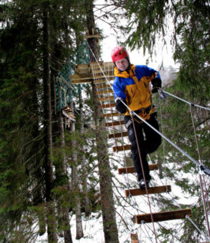 <strong>TRYGT:</strong> Sjefen Frode Solbakk demonstrerer teknikk og sikkerhet i høydeløypa.