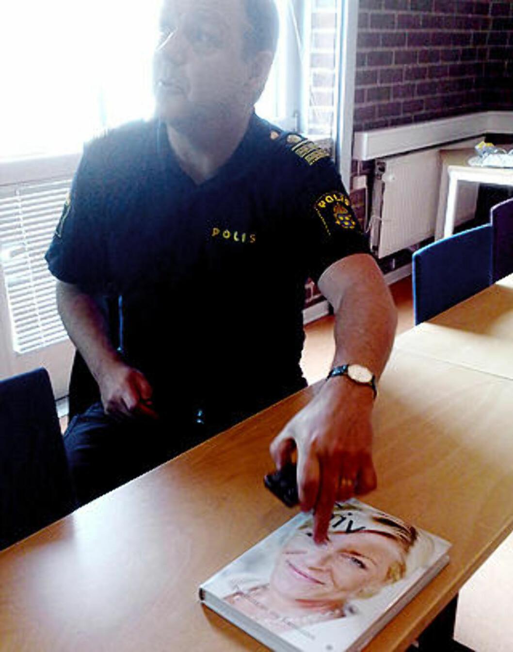 SKAL IKKE LESE: Politisjef Børje Aronsson i Malmö har ikke tenkt å lese biografen om Siv Jensen han fikk overrakt av Frp-delegasjonen. Foto: Mobilkamera