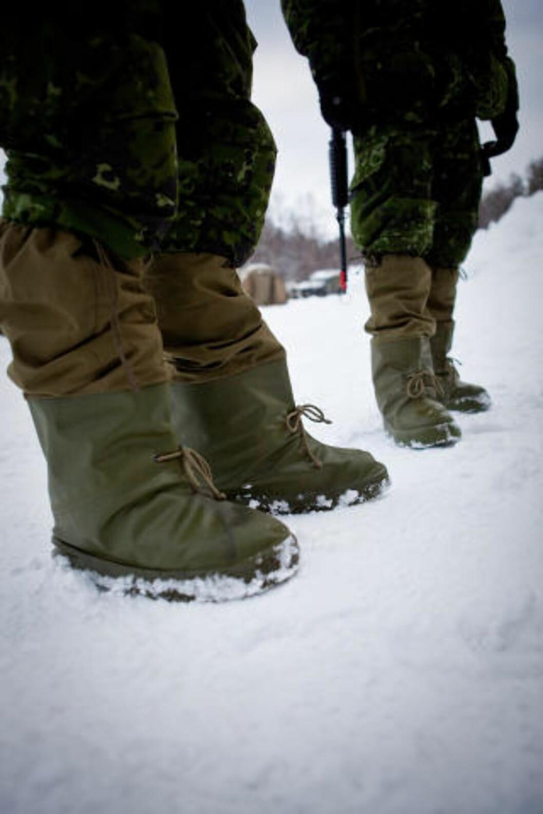 <strong>FOTPOSER:</strong> Her varmer norske fotposer danske føtter. Foto: Erik Drabløs/Forsvaret