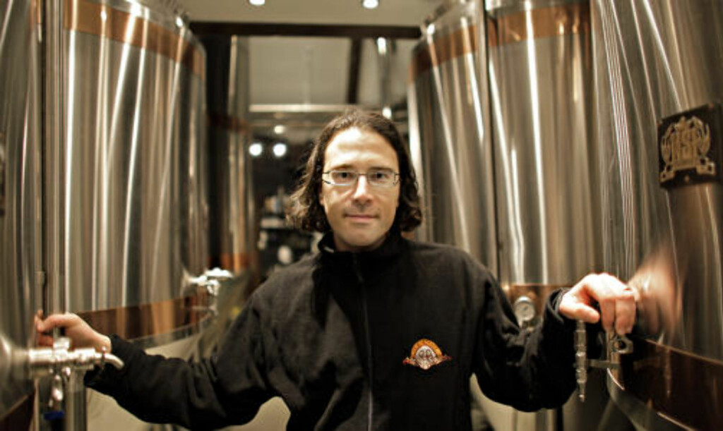BRYGGERIET: Evan er med rette stolt av bryggeriets skinnende tanker.