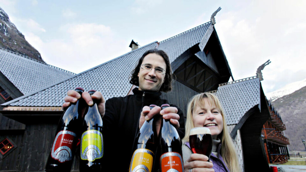 FLÅMSBRYGGA: Aud Melås og Evan Lewis med noen av ølsortene til Ægir Bryggeri. Alle foto: Ole C. H. Thomassen.