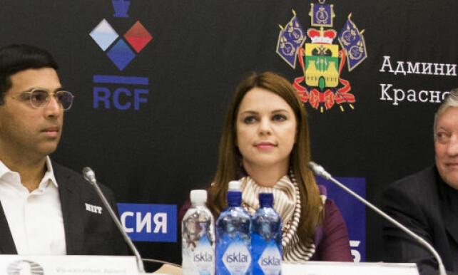 PRESSESJEF: Pressesjef under sjakk-VM, Anastasia Karlovich (t.h.) under forrige VM i Sotsji. Foto: Foto: Berit Roald / NTB scanpix