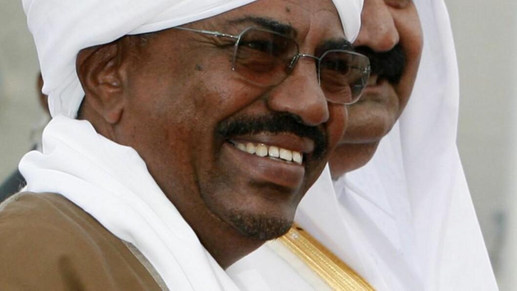 UTE PÅ REISE: Sudans president Omar al-Bashir ankom søndag flyplassen i Doha for å delta på toppmøtet i Den arabiske liga. Foto: REUTERS/Osama Faisal/SCANPIX
