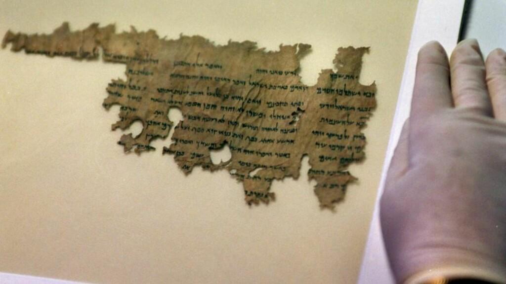 FUNNET AV BEDUINER Dødehavsrullene ble funnet i huler i Judea-ørkenen. Beduinene som fant dem hadde salg av gamle ting som en av sine inntektskilder, og lette aktivt i huler og ruiner. De tre første rullene de fant solgte de for rundt 700 kroner til en ung biskop i Jerusalem. Senere har rullene blitt omsatt blant annet gjennom en avisannonse i Wall Street Journal. Det meste av materialet er nå i trygghet i israelske arkiver etter at staten har kjøpt opp et stort antall, men noe omsettes fortsatt på markedet. Foto: SCANPIX
