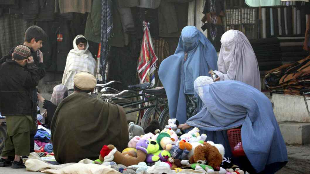 <strong>FORBUDT:</strong> Ifølge den nye loven, som skal ramme omtrent 20 prosent av afghanerne, kan ikke kvinner forlate huset uten tillatelse fra ektemannen, ei heller kan de nekte ham sex. Foto: AP/Allauddin Khan/SCANPIX