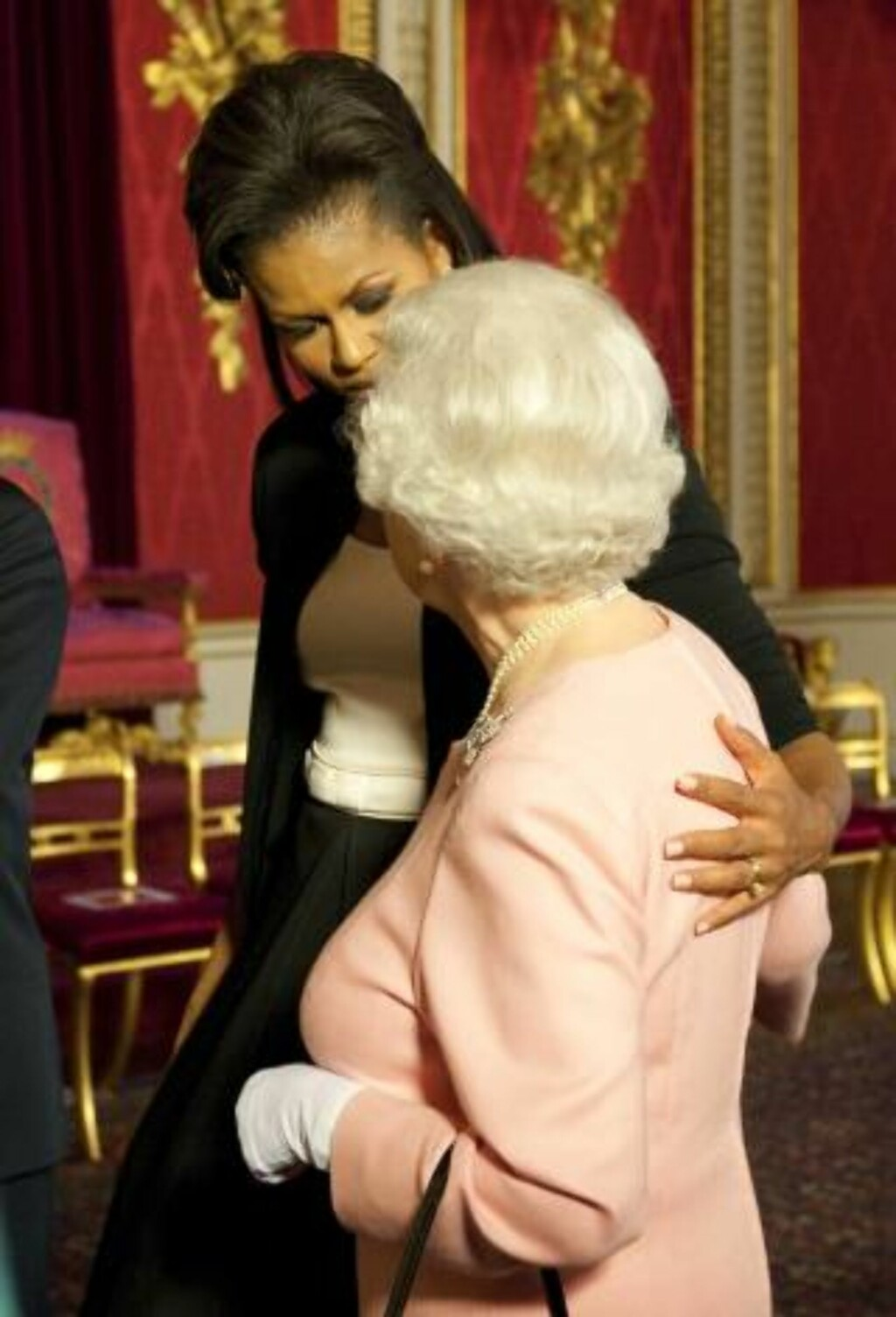 NÆR STUND: Michelle Obama og dronningn Elizabhet II under det mye omtalte møtet på Buckingham Palace. Foto: AP Photo/Daniel Hambury/SCANPIX
