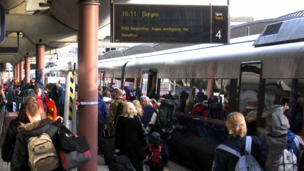 EN AV ÅRETS TRAVLESTE DAGER: Mange benytter seg av toget for å komme seg på påskeferie. Bildet er tatt på Oslo Sentralstasjon under påskeutfarten i 2006.  Arkivfoto: SCANPIX