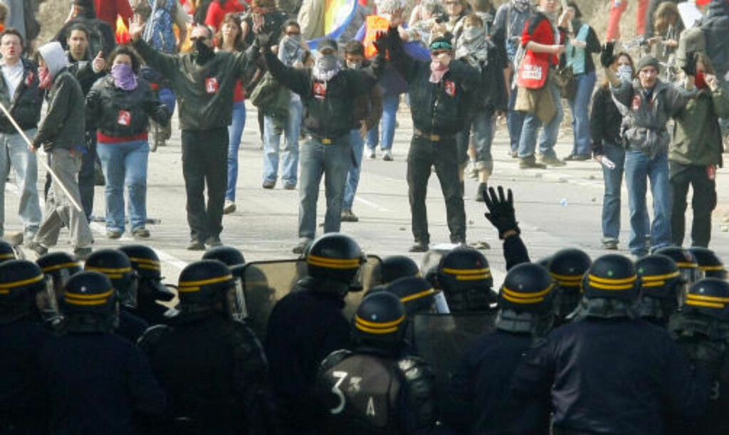 HERMETISK LUKKET: Politiet holder igjen demonstranter på Europa-broa mellom Frankrike og Tyskland. Flere norske demonstranter blir holdt igjen. Foto: SCANPIX/AP Photo/Michel Spingler