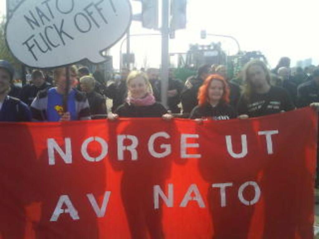 NORDMENN: Norske demonstranter står fast på Europa-brua.
