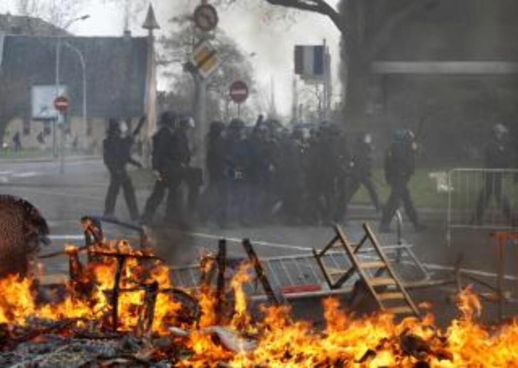 BRENNER MØBLER: Store mengder røyk fra brennende hotell, bildekk og møbler legger seg over byen i dag. REUTERS/Vincent Kessler