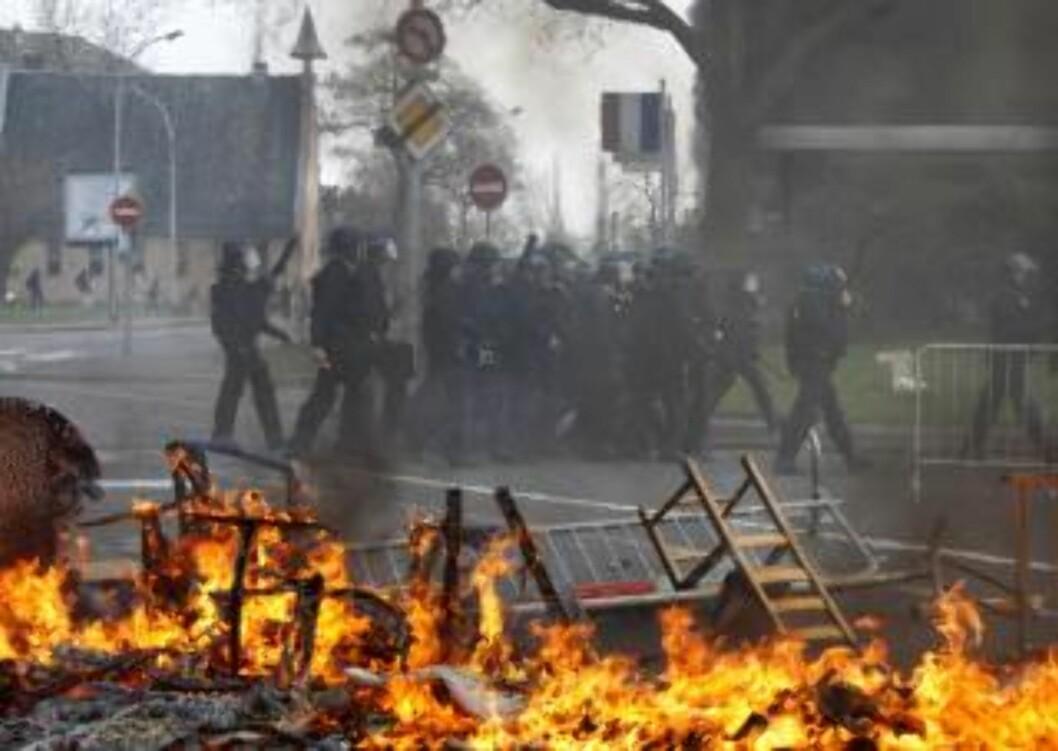<strong>BRENNER MØBLER:</strong> Store mengder røyk fra brennende hotell, bildekk og møbler legger seg over byen i dag. REUTERS/Vincent Kessler