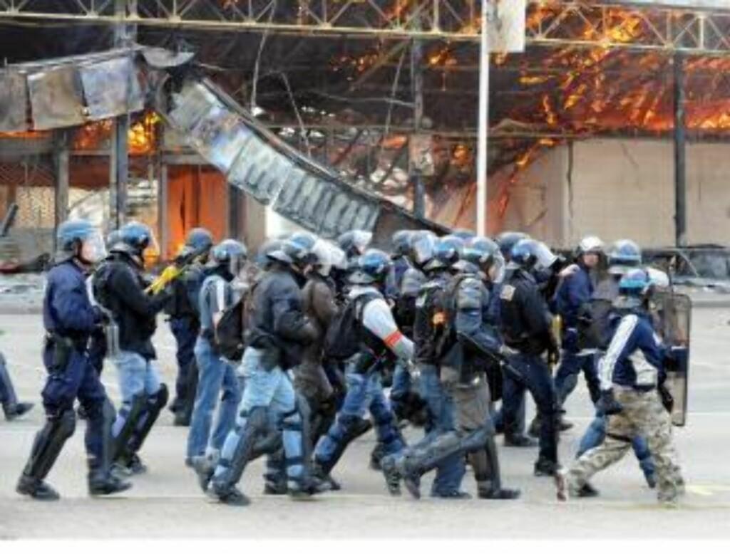 STORE STYRKER: Opprørspolitiet marsjerer gjennom byen. Over 20 000 politifolk er i området. EPA/BORIS ROESSSLER
