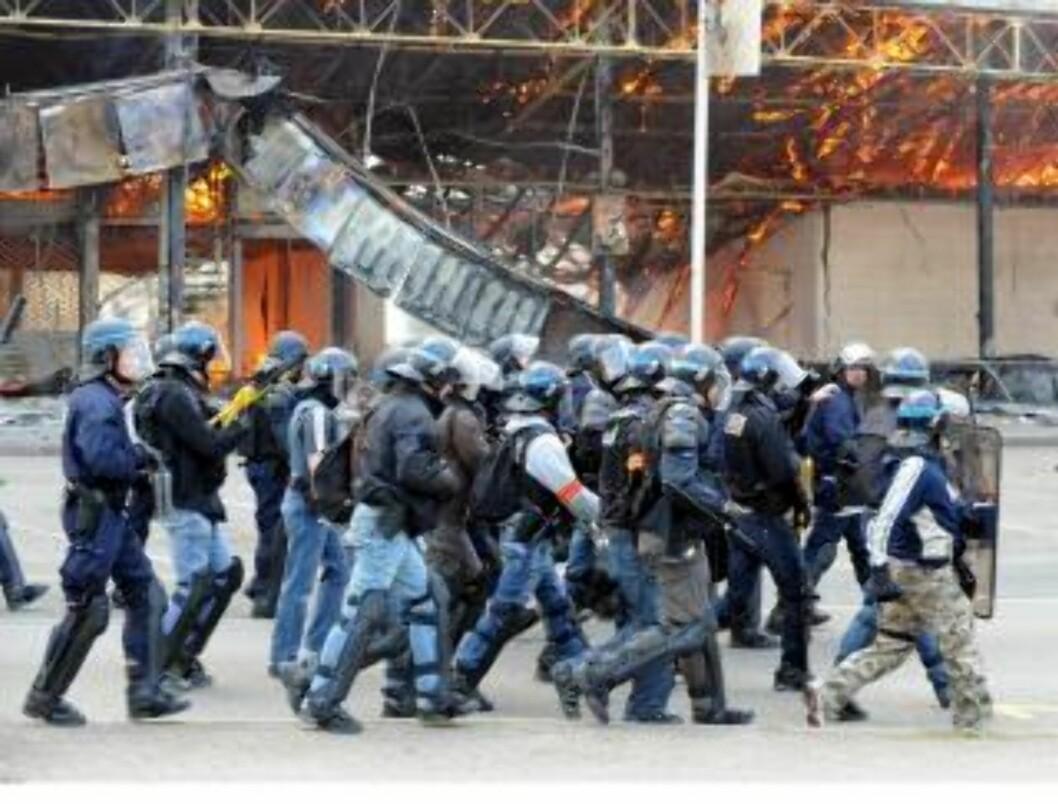 <strong>STORE STYRKER:</strong> Opprørspolitiet marsjerer gjennom byen. Over 20 000 politifolk er i området. EPA/BORIS ROESSSLER