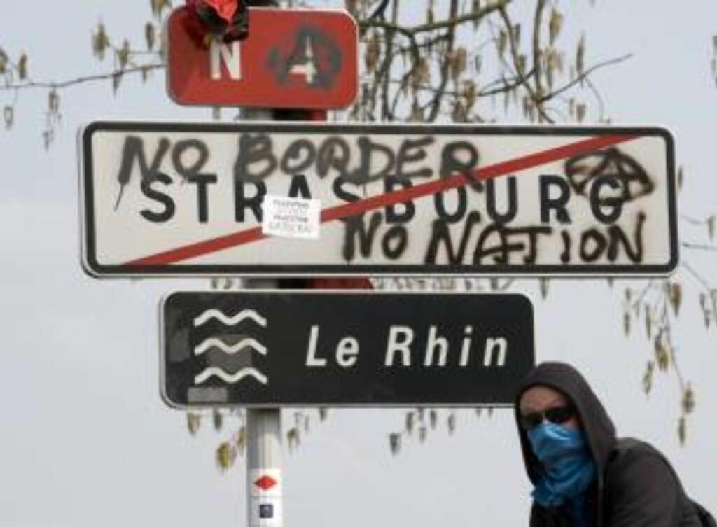 """""""INGEN GRENSER - INGEN NASJON"""": Demonstranter setter budskapet på papiret. FRANCE POLITICS MILITARY CONFLICT)"""