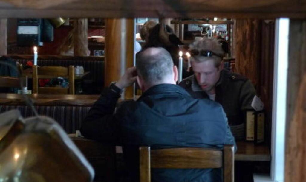 AVSLØRT: Her blir 45-åringen fra Oslo (med ryggen til) avslørt som den falske etterretningsoffiseren David Weiss. Foto: Arve Bartnes / Dagbladet