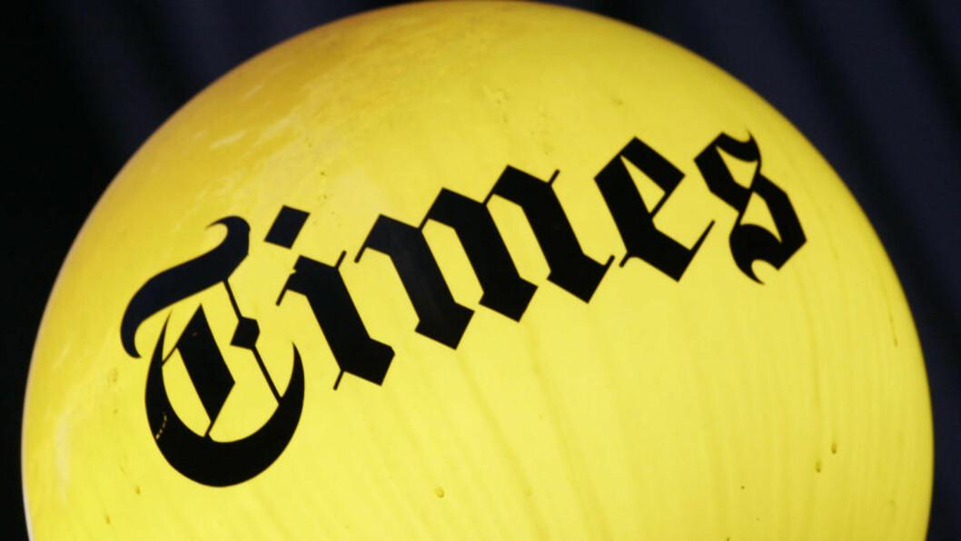 <strong>NEW YORK TIMES VAKLER;:</strong>  I USA dør nå flere papiraviser som følge av finanskrisa og at leserne går over til nett. På New York Times-bygningen lyser fremdeles logoen, men både den og  Boston Globe sliter med økonomien. Foto: SCANPIX/AP Photo/Mark Lennihan