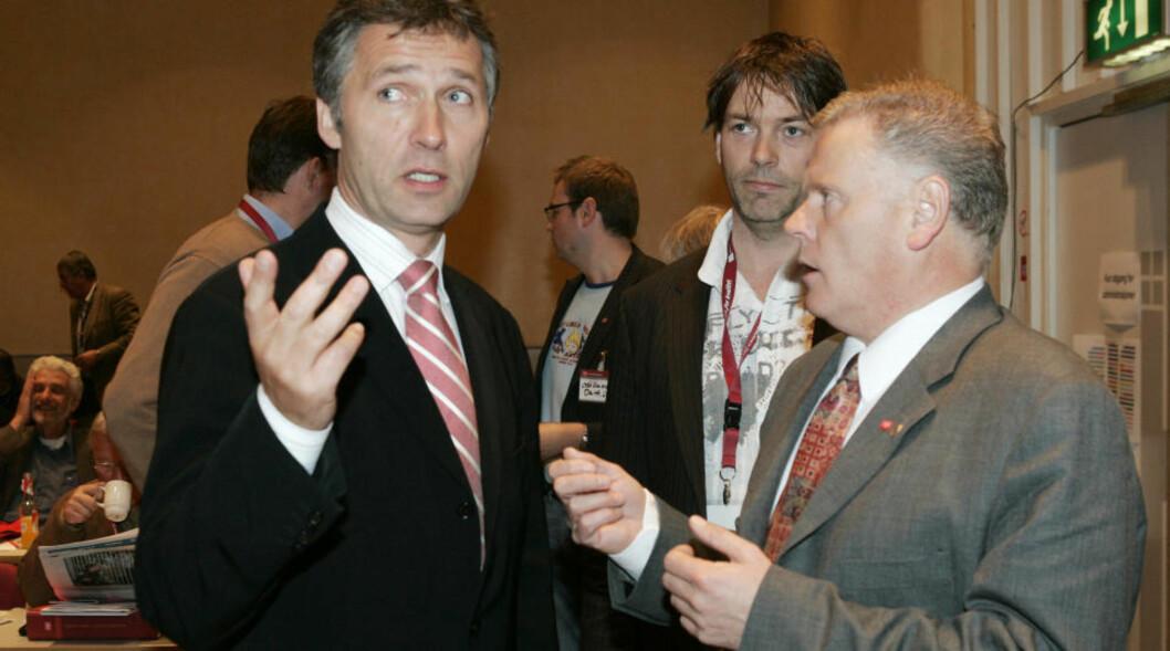 <strong>OSLO 20050520:</strong> Ap-leder Jens Stoltenberg ( til venstre)  talte under Fagforbundets 1. ordinære landsmøte i Folkets Hus fredag.  Her sammen med forbundsleder Jan Davidsen. Foto: Heiko Junge / SCANPIX