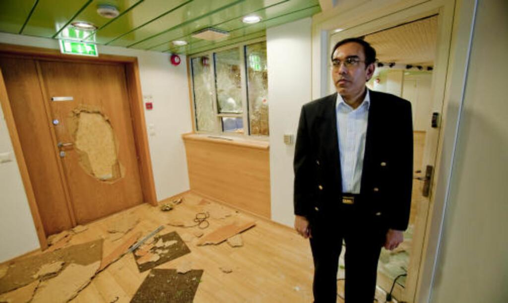 RAMPONERT: Ambassadør Esala Ruwan Weerakoon kom søndag ettermiddag til Sri Lankas ambassade i Oslo for å ta ødeleggelsene i øyensyn, etter at   flere norsktamiler tidligere på ettermiddagen tok seg inn på ambassaden og begikk hærverk.  Foto: Stian Lysberg Solum / SCANPIX