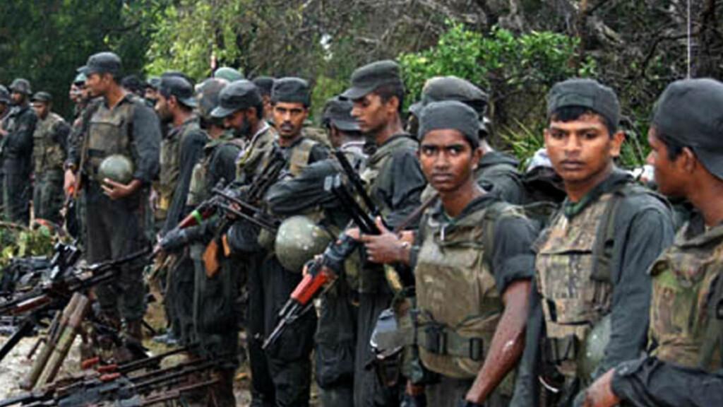 BLODIG KRIG: Dette bildet ble offentligjort av Forsvarsdepartementet i Sri Lanka mars i år. Det viser regjeringsstyrker med kaprete våpner og døde geriljasoldater. Foto: AFP PHOTO/MOD/HO