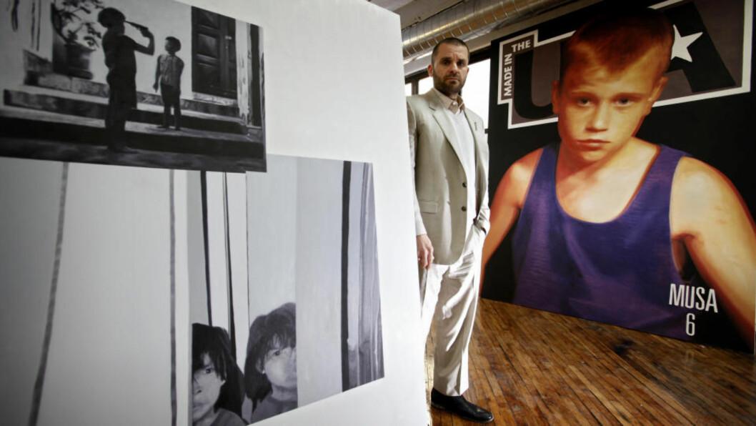<strong>BRUKER PEDOFILI-BILDER:</strong> Bjarne Melgaard bruker bilder fra blader for pedofile i sitt nye kunstprosjekt. Her er han fotografert sammen med noen av de ennå uferdige kunstverkene. Foto: ØRJAN ELLINGVÅG
