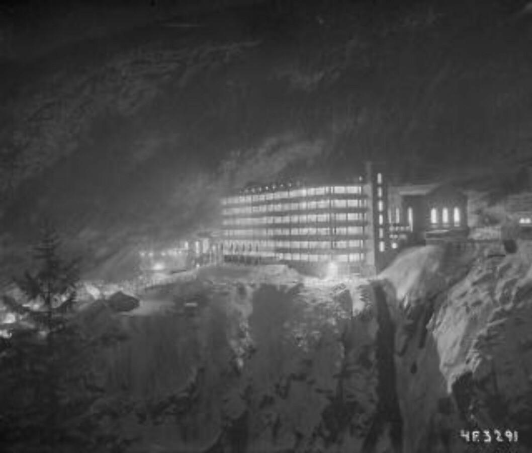 <strong>FØR:</strong> Hydrogen- og tungtvannsfabrikken på Vemork lå på kanten av stupet. Foto: Industriarbeidermuseet på Rjukan.