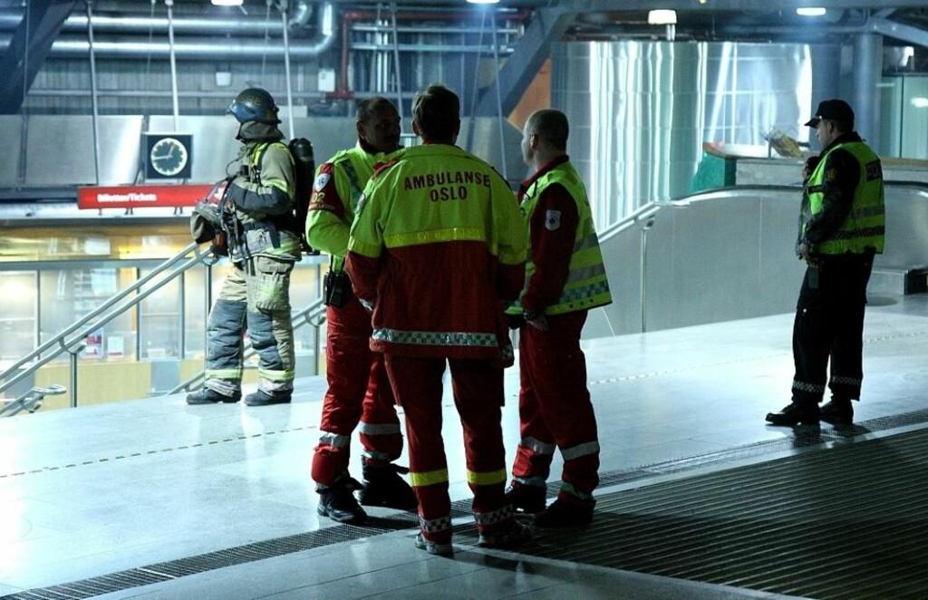 Et tog og Nationaltheatret stasjon ble evakuert etter røykutvikling i natt. Foto: Svein Gustav Wilhelmsen
