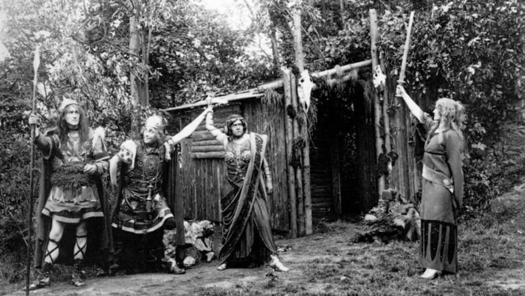 <strong>GERMANSK TEATER:</strong> Mytene som ble skapt om germanerne på slutten av 1800-tallet sa at de både var kultiverte og barbariske. Teaterforestillinger ble det - til tross for ambivalens. Bildet viser en framføring at stykket «Wölund» basert på norrøn mytologi. Det ble fremført på den völkische friluftsscenen Hartzer Bergtheater. Stykket var skrevet av Ludwig Fahrenkrog som var leder av det nyhedenske trossamfunnet Germanische Glaubensgemeinschaft (GGG). Foto: Fra boka