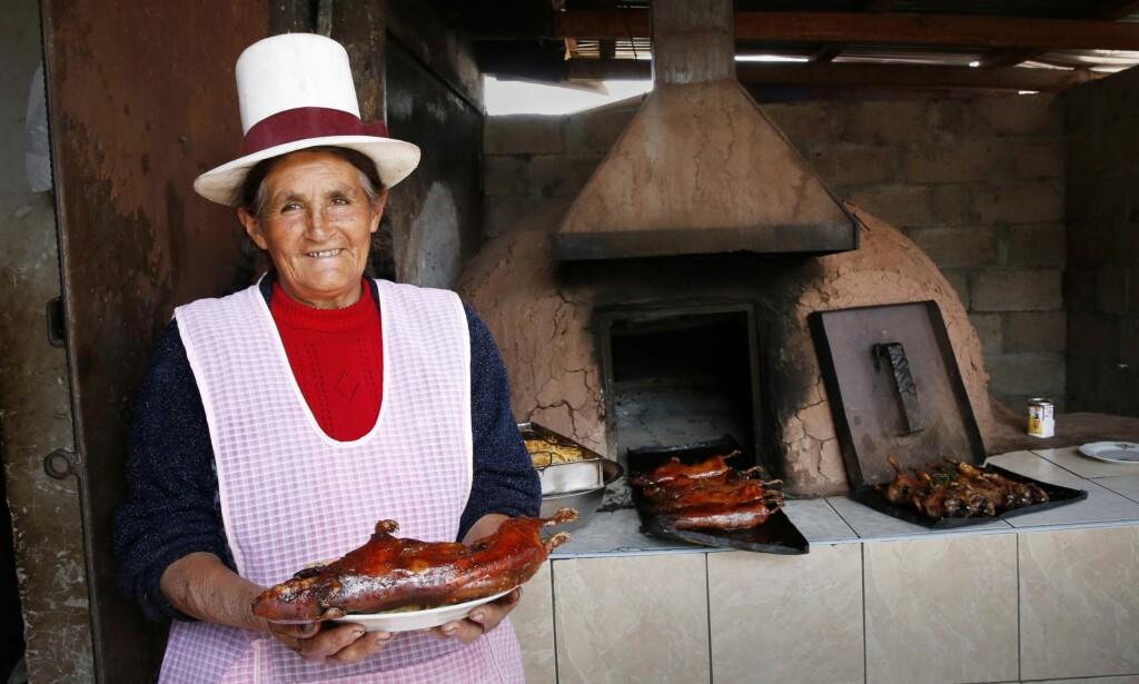 HØY I HATTEN: Felicia Rios serverer marsvin på tre måter, med pasta, potet eller pasta og potet.