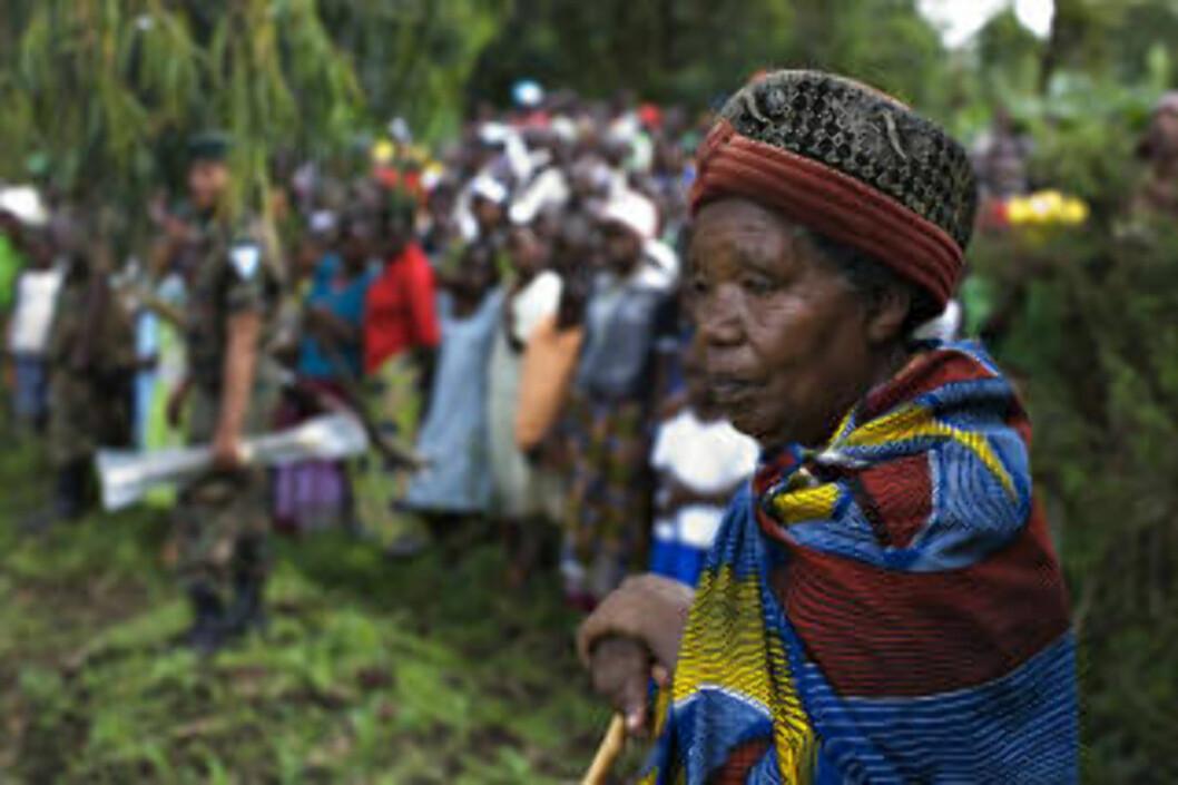 <strong>MANGE TILSKUERE:</strong> Folk strømmet til for å overvære møtet mellom Nkunda og FN-utsendingen Olesugun Obasanjo søndag. Foto: REUTERS/SCANPIX