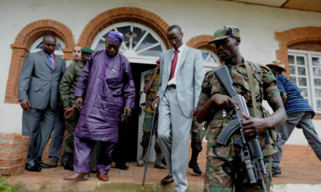 <strong>&gt;b&gt;MØTTE FN-UTSENDING:</strong> Opprørsleder Laurent Nkunda møtte FN-utsending Olesugun Obasanjo søndag. Foto: AFP/SCANPIX