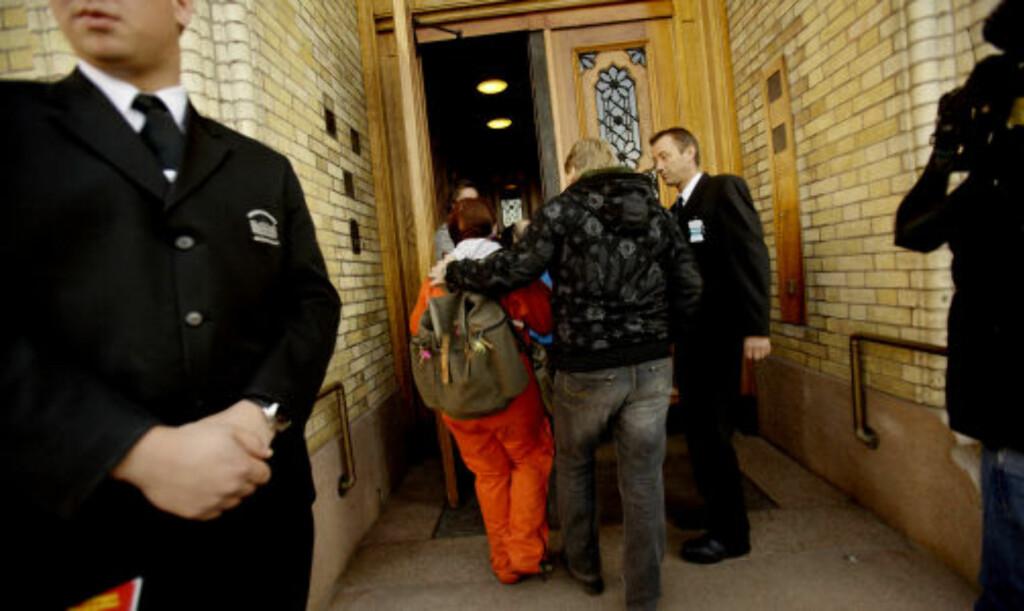 VELKOMMEN: Flere av de narkomane var rørt over å få komme inn på de folkevalgtes domene. Foto: STIAN LYSBERG SOLUM / SCANPIX