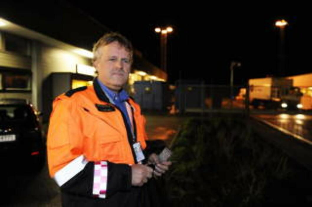 <strong>INDIKASJON OM BRANN:</strong>  Lufthavnsjef Dag Aksnes var glad det gikk bra da mannskapet på et Saab-fly som skulle ta av fra Flesland og fly til Skien, fikk indikasjon på motorbrann. Passasjerene ble evakuert, men heldigvis ingen ble fysisk skadd.  Foto: Marit Hommedal / SCANPIX