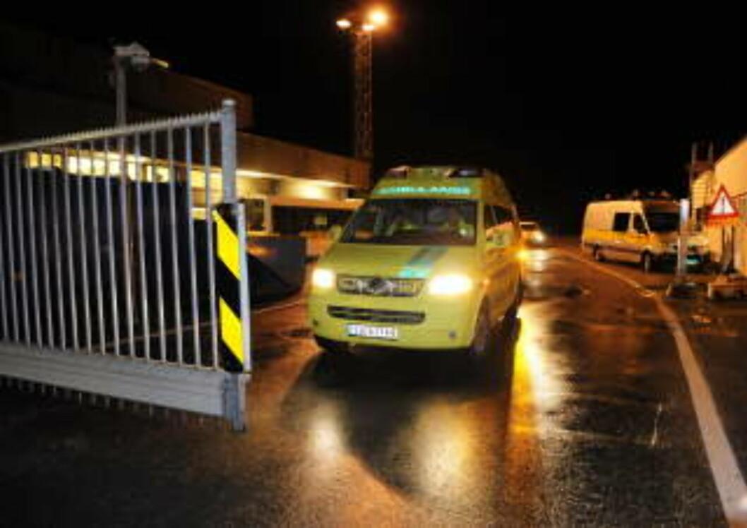 <strong>AMBULANSE:</strong>  Søndag ettermiddag fikk mannskapet på et Saab-fly som skulle ta av fra Flesland og fly til Skien, indikasjon på motorbrann. Passasjerene ble evakuert, heldigvis var det lite behov for ambulanser, ingen ble fysisk skadd.  Foto: Marit Hommedal / SCANPIX