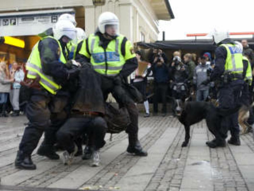 <strong>MASSEARRESTASJONER:</strong> 144 personer ble pågrepet og siktet for vold mot offentlig tjenestemann, skadeverk og «forberedelse av grov legemsbeskadigelse» i går.   Foto: Drago Prvulovic /Scanpix