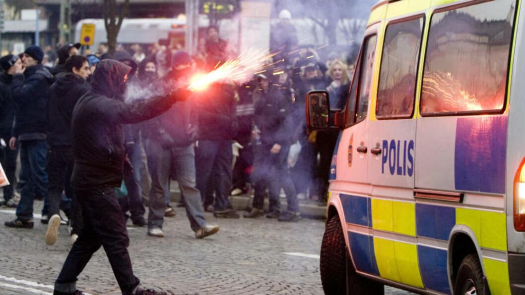 <strong>GATEOPPGJØR:</strong>  Høyreekstreme demonstranter og aggressive motdemonstranter barket sammen i Lund i Sverige søndag kveld. En fotograf oppleve å bli truet da han tok bilder -for siden å få bilen ramponert. Foto: Drago Prvulovic / SCANPIX