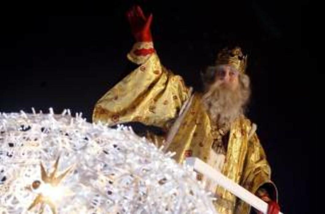 <strong>TRE KONGER:</strong> Hellige tre kongers dag er stort i Spania. Her vinker Melkior til Madrid. Foto:EPA/VICTOR LERENA/SCANPIX