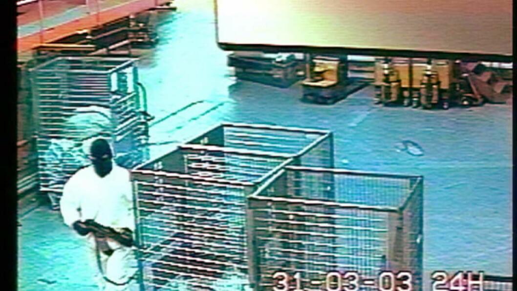 <strong>RAN:</strong> Bevæpnete ranere tok seg inn i verdipostavdeling i Postens brevsenter i Oslo i 2003. Der  tok de 2 gisler. Bildet viser en av ranerne i kjeledress inne i Postgirobygget under ranet. Foto Handout/Politiet/SCANPIX