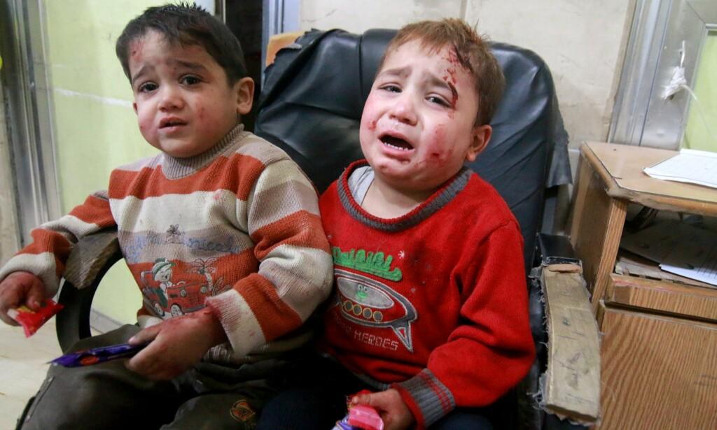 LIVREDDE: Disse to guttene er plassert i en slitt stol på Sahra-sykehuset i det opprørskontrollerte Øst-Aleppo i går. Tydelig preget av de voldsomme bombeaksjonene fra russiske og syriske fly de siste tre dagene. Foto: Jawad al Rifai / Anadolu Agency / Scanpix