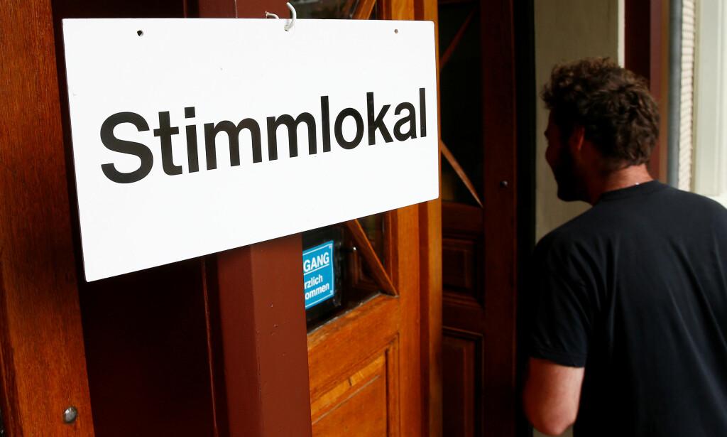 SVEITISISK MODELL: Sveitserne stemmer over en rekke samfunnsspørsmål hvert år. Her fra i sommer, hvor det ble holdt avstemning om garantert borgerlønn. - Norgespartiet ønsker direktedemokrati etter sveitsisk modell, skriver artikkelforfatterne. Foto: Ruben Sprich / Reuters / NTB Scanpix