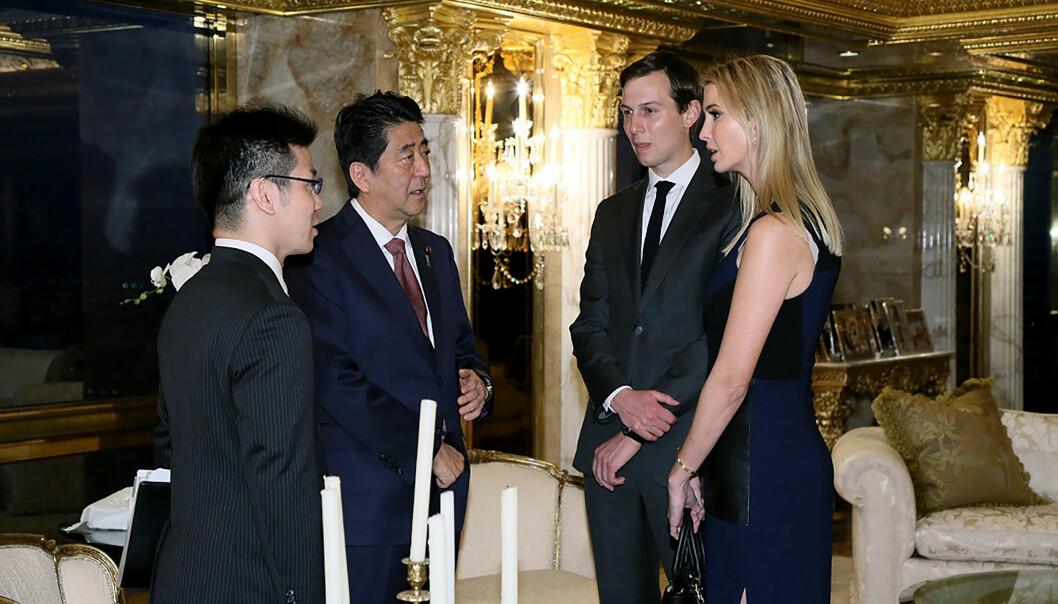 <strong>VEKKER OPPSIKT:</strong> Her står Ivanka Trump og hennes ektemann Jared Kushner i samtale med Japans statsminister Shinzo Abe (andre fra venstre). Bildet vekker oppsikt. Foto: Handout fra japanske myndigheter / AFP/ NTB Scanpix.&nbsp;