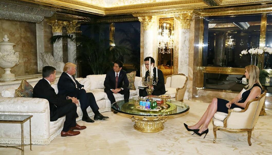 <strong>KRITISERES:</strong> Ivanka Trump (t.h) var med på møtet Donald Trump (nr to fra venstre) hadde med Japans statsminister Shinzo Abe ( i midten). Foto: Handout fra japanske myndigheter / AFP/ NTB Scanpix.&nbsp;