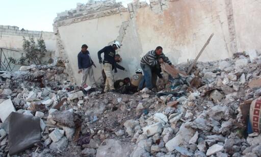 LETER: Frivillige i De hvite hjelmene er på plass i ruinene av det som en gang var et hus. De siste dagene har kampene herjet i Øst-Aleppo. Foto: Ahmed Al Ahmed / Anadolu Agency / Scanpix