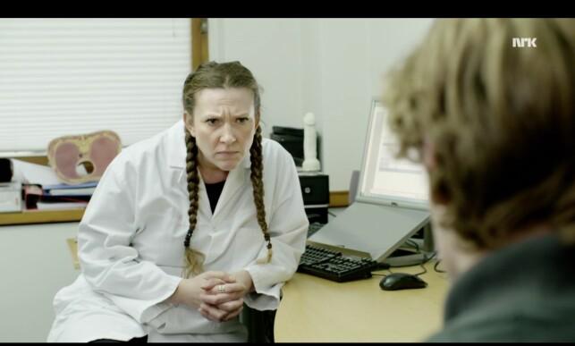 Jeg vet hva du tenker: hvor har jeg sett den skuespilleren før? Fun fact og total mindfuck: Astrid Arefjord spilte i selveste Nissenrevyen (!) i 2001, og tok tempen på tidsånden blant annet gjennom den dagsaktuelle Coyote Ugly-sketsjen. Bare hyggelig. Foto: NRK